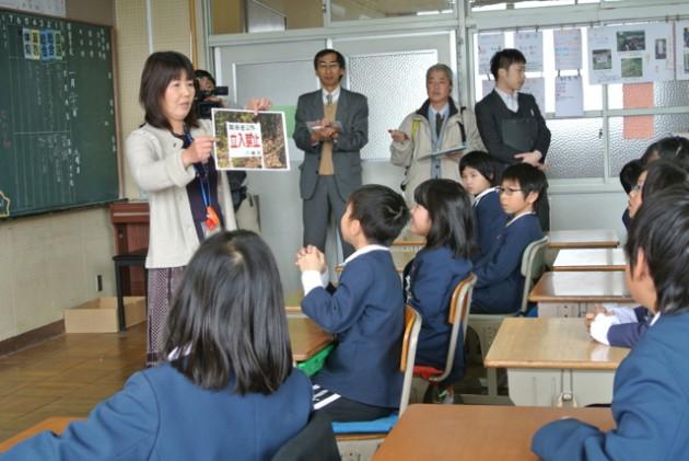 (地域の写真を見せながら、子どもたちに鋭い問いを投げかける、担任の松田淑子先生)